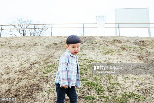 a glancing boy - yusuke nishizawa stock pictures, royalty-free photos & images