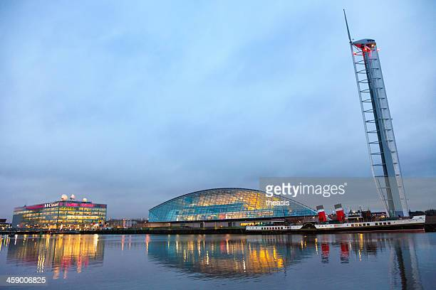 glasgow science centre and paddle steamer - theasis stockfoto's en -beelden