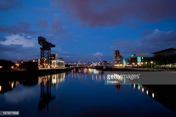 Glasgow, la ville de nuit, avec vue sur la rivière Clyde.