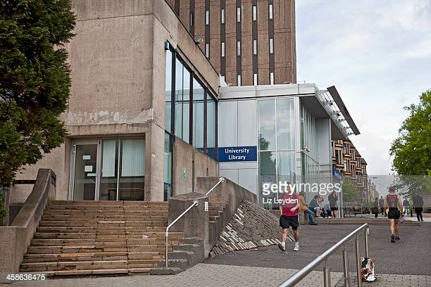glasgow university library with students and pedestrians - strathclyde stock pictures, royalty-free photos & images
