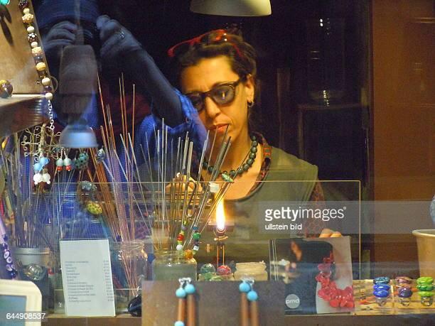 Glaskünstlerin bei der Arbeit aufgenommen am 13 Mai 2015 im Stadtviertel Dorsoduro in Venedig