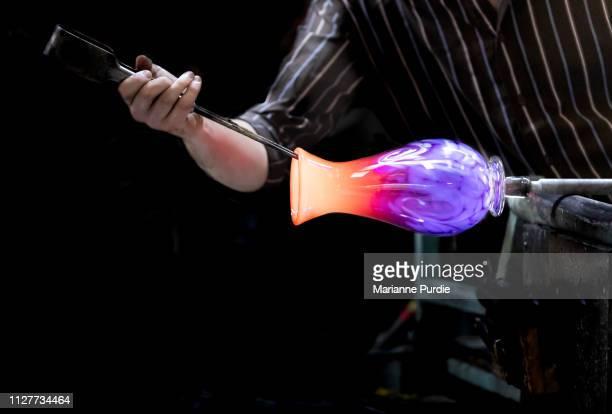 glass artist working with molten glass - 美術工芸 ストックフォトと画像