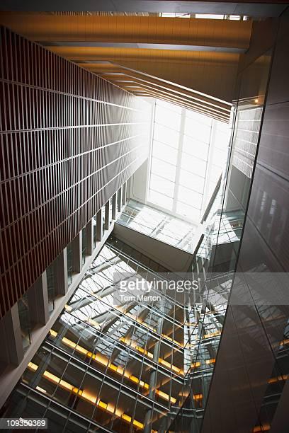 ガラスのスカイライトアトリウムと近代的なオフィスビル