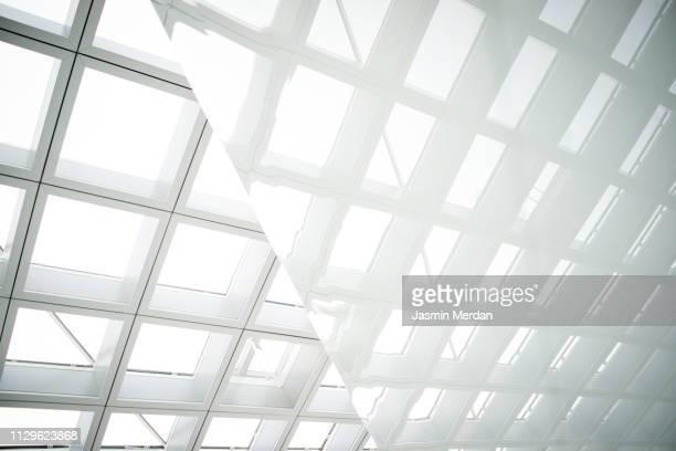 glass background mirror reflection - reflexo efeito de luz - fotografias e filmes do acervo