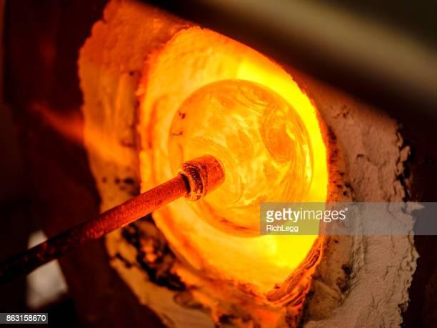 焚き口吹きガラス - 美術工芸 ストックフォトと画像