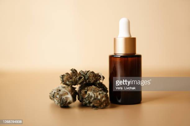 glass bottles with cbd oil, thc tincture and hemp leaves on a marble background. flat lay cosmetics cannabis oil. health, ganja. - cbd oil stock pictures, royalty-free photos & images