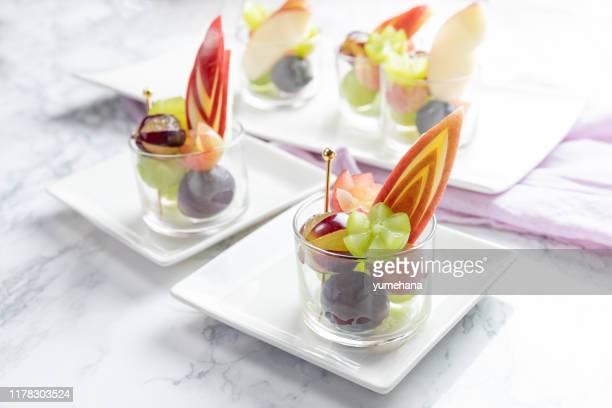 テーブルの上に熟したジューシーなブドウで満たされたガラスカップ - フランス料理 ストックフォトと画像