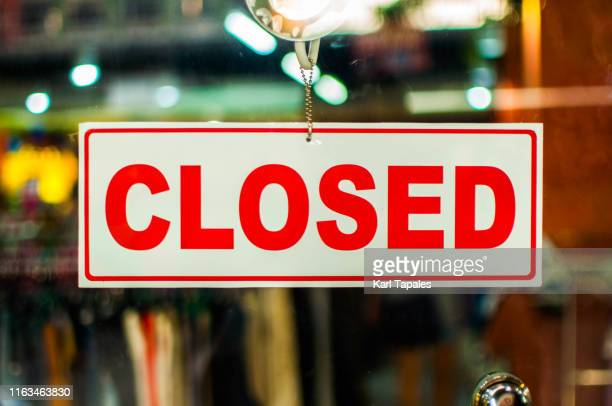 "a glass door with ""closed"" store sign - cartello chiuso foto e immagini stock"