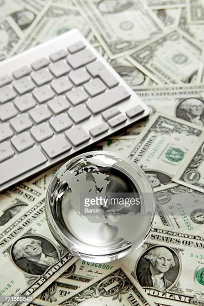 globe en verre avec clavier et dollar bills