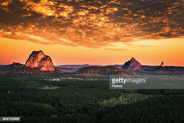 glass house mountains - great dividing range stock-fotos und bilder