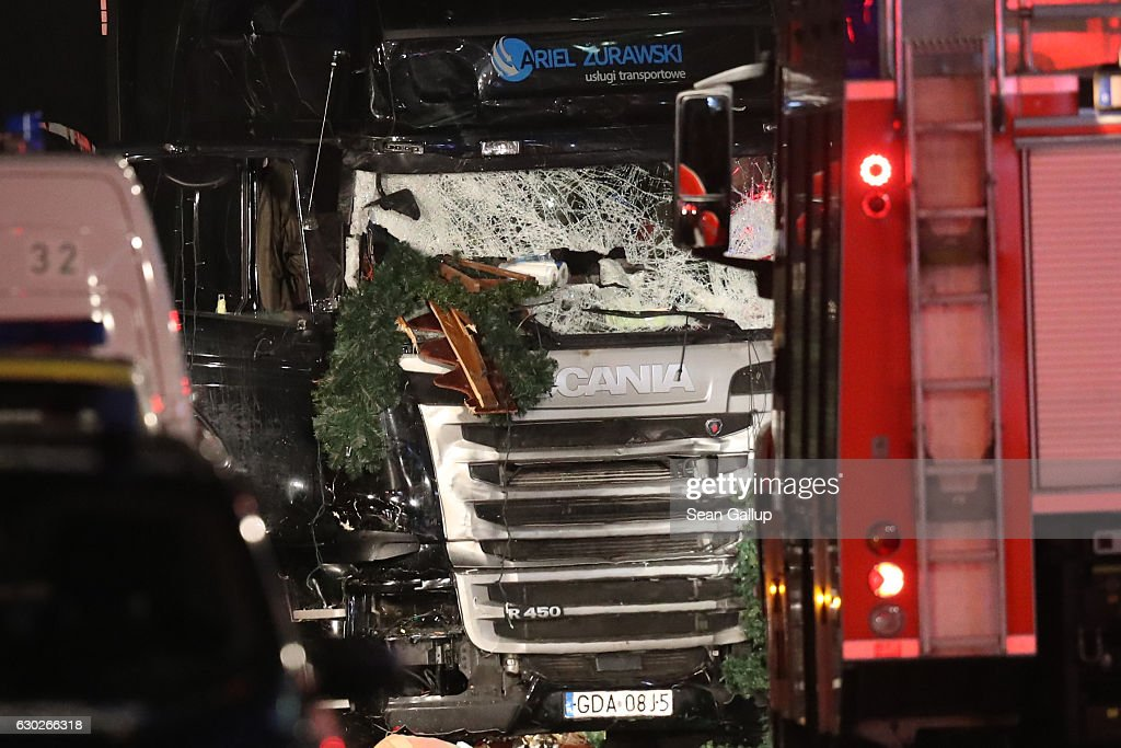 Lorry Drives Through Christmas Market In Berlin : ニュース写真
