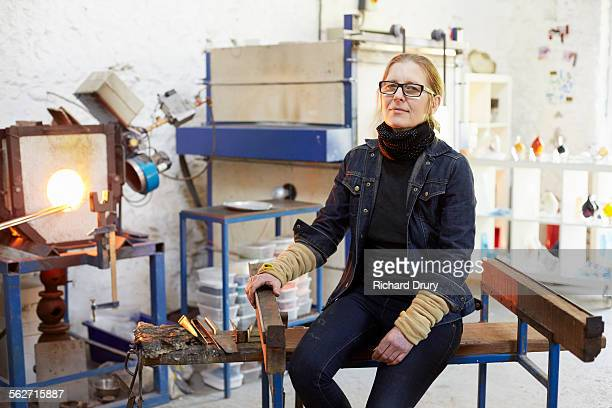glass maker in her studio - norwich england stock pictures, royalty-free photos & images