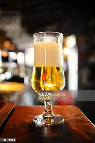 ガラスのビールを、バーカウンター