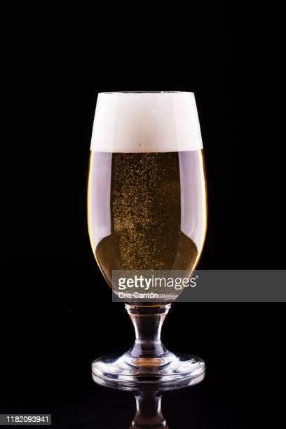 glass of beer - cris cantón photography fotografías e imágenes de stock