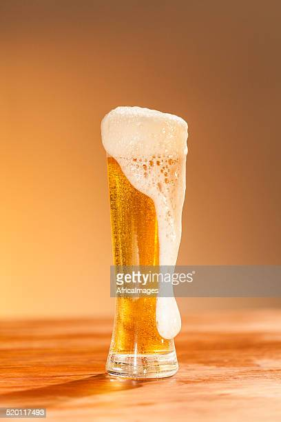 ガラスのビールの上に立つテーブル