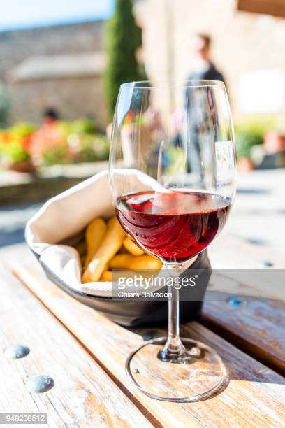 "a glass of ""brunello di montalcino"" - モンタルチーノ ストックフォトと画像"