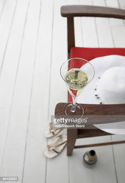glass of bubbles with hat and sandals - heidi coppock beard fotografías e imágenes de stock