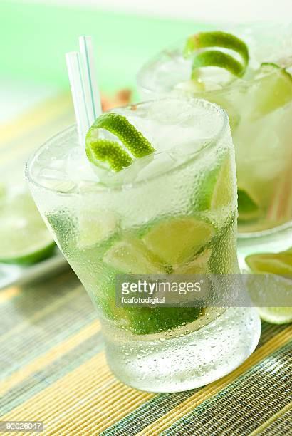 Glas caipirinha -cocktail am grünen Tisch