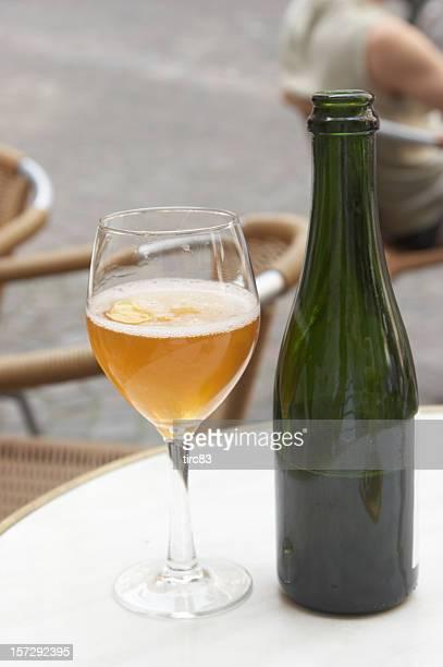 Un verre de cidre avec bouteille