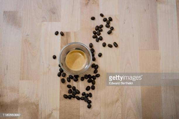 a glass of coffee and roasted coffee beans - edward berthelot photos et images de collection