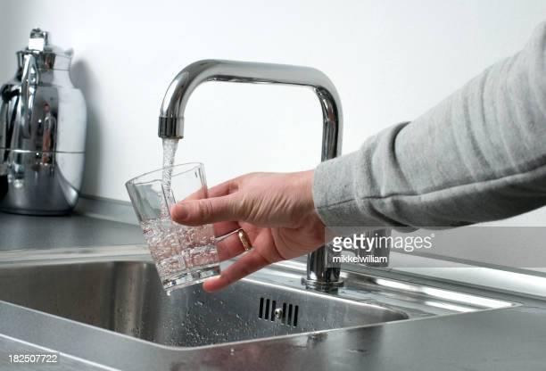 Glas frisches Wasser direkt aus einem Wasser- oder Zapfhahn