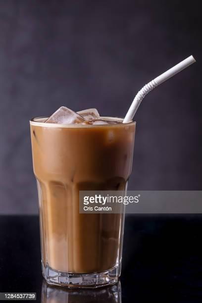 glass of iced coffee - cris cantón photography fotografías e imágenes de stock
