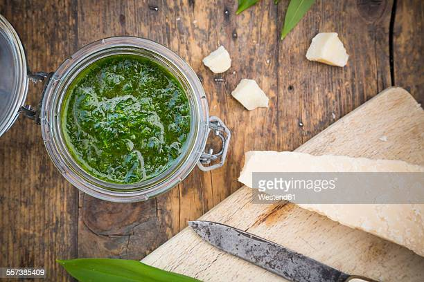 glass of organic ramson pesto and parmesan - ail des ours photos et images de collection