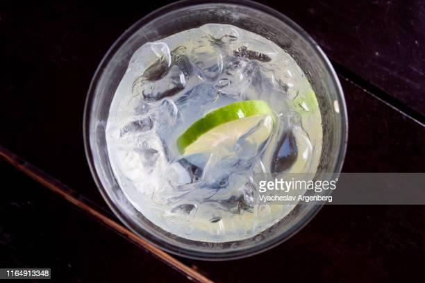 a glass of sparkling soda water with lime - argenberg imagens e fotografias de stock