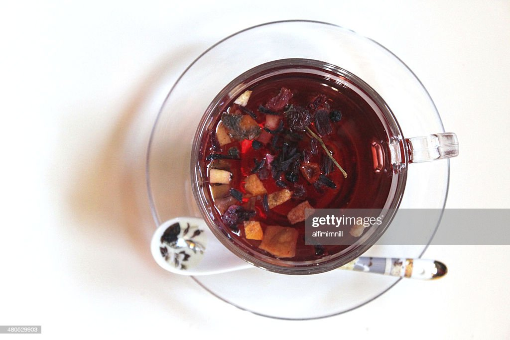 Glass of tea besides spoon : Bildbanksbilder