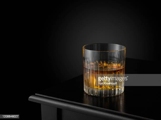 glass of whiskey on ice - en verre photos et images de collection