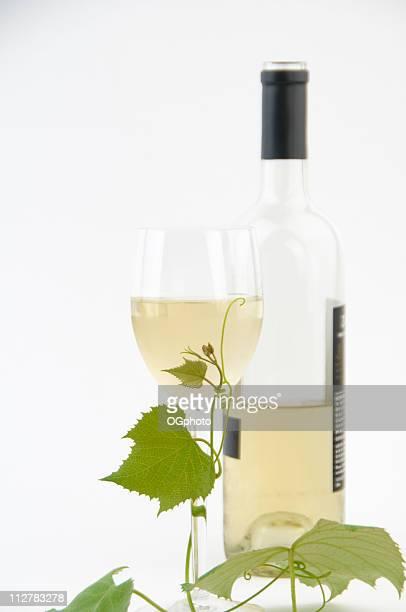verre et bouteille de vin blanc et - ogphoto photos et images de collection
