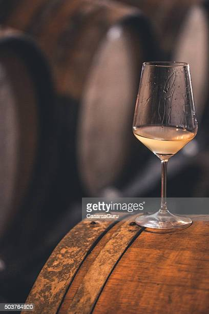 Glas Weißwein auf ein Barrel