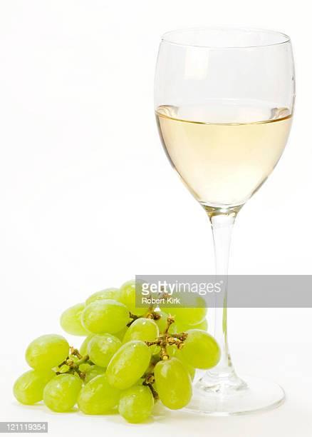 copa de vino blanco - chardonnay grape fotografías e imágenes de stock
