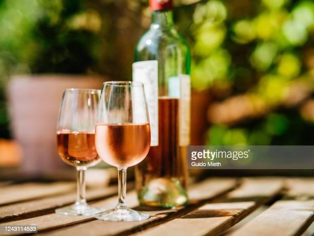 glass of wine on a table in sunlight. - wijn stockfoto's en -beelden