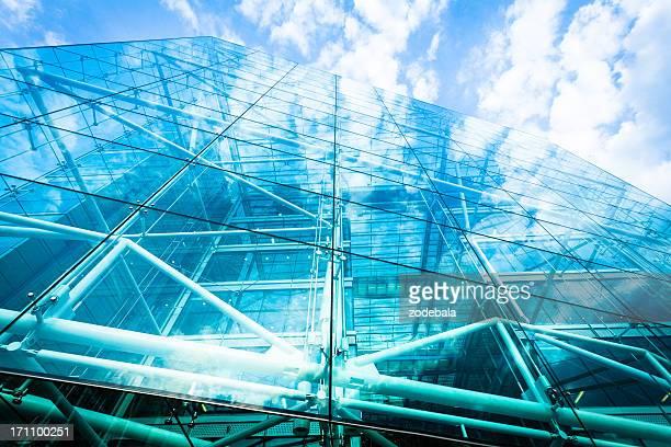 Glas Bürogebäude und Wolken Reflektionen