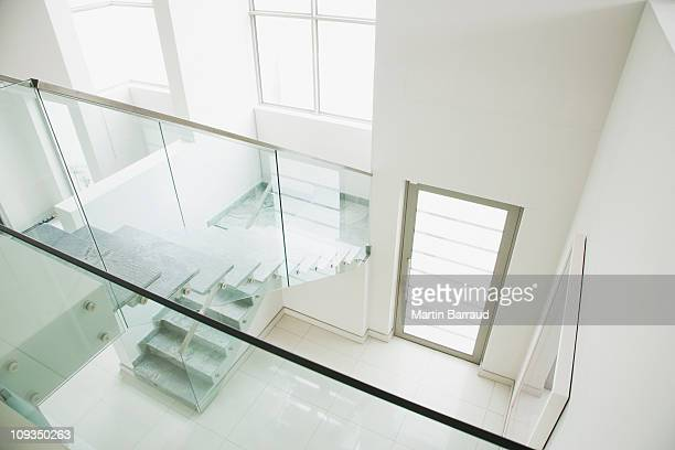 glass railing on staircase in modern house - veiligheidshek stockfoto's en -beelden