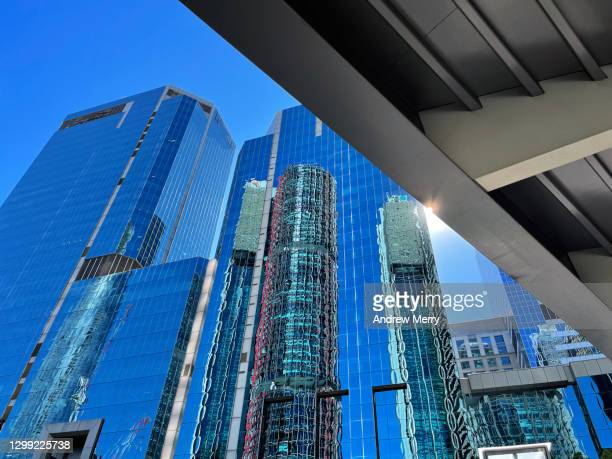 glass skyscrapers, office buildings, elevated walkway bridge, lens flare, blue sky - darling harbour stock pictures, royalty-free photos & images