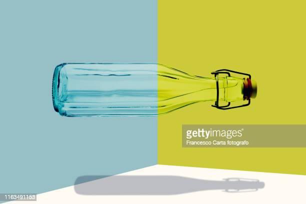 glass water bottle - concetti e temi foto e immagini stock
