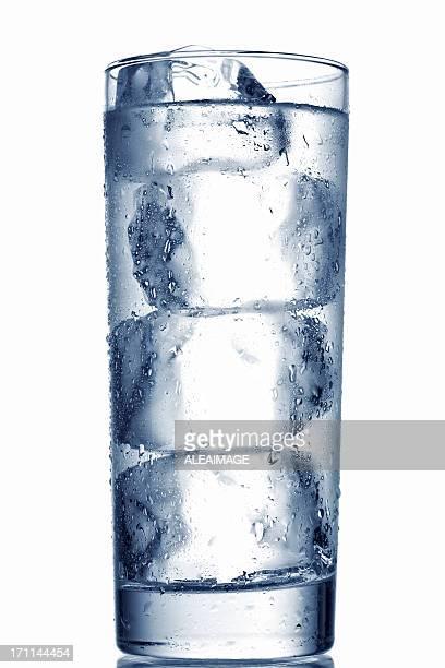 グラスで冷たい水