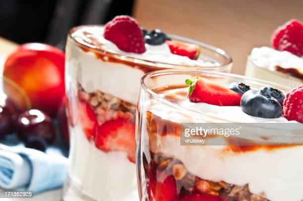 Glas mit Erdbeer-dessert