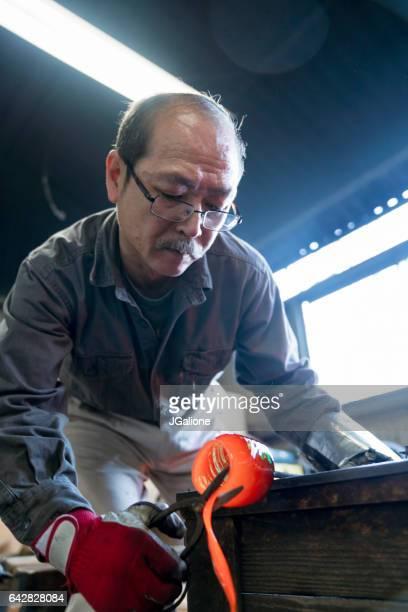 彼のデザインから余分な溶融ガラスを切断廃業