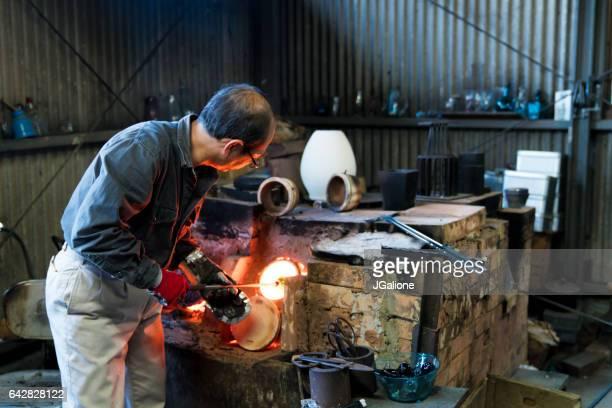 廃業窯で彼のガラスを加熱