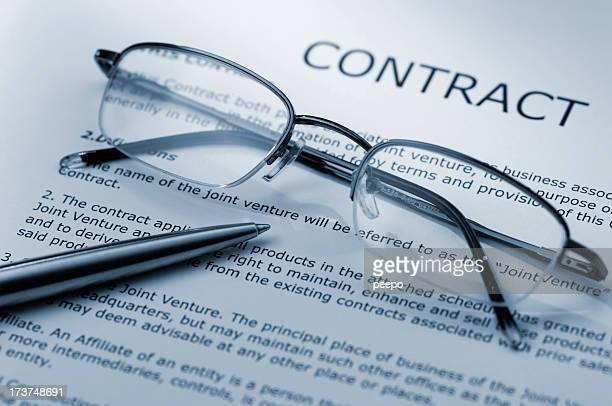 Gläser und Vertrag
