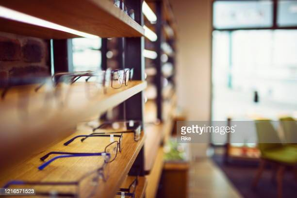 棚の上の列に並べ替えられた眼鏡店の眼鏡 - めがね ストックフォトと画像
