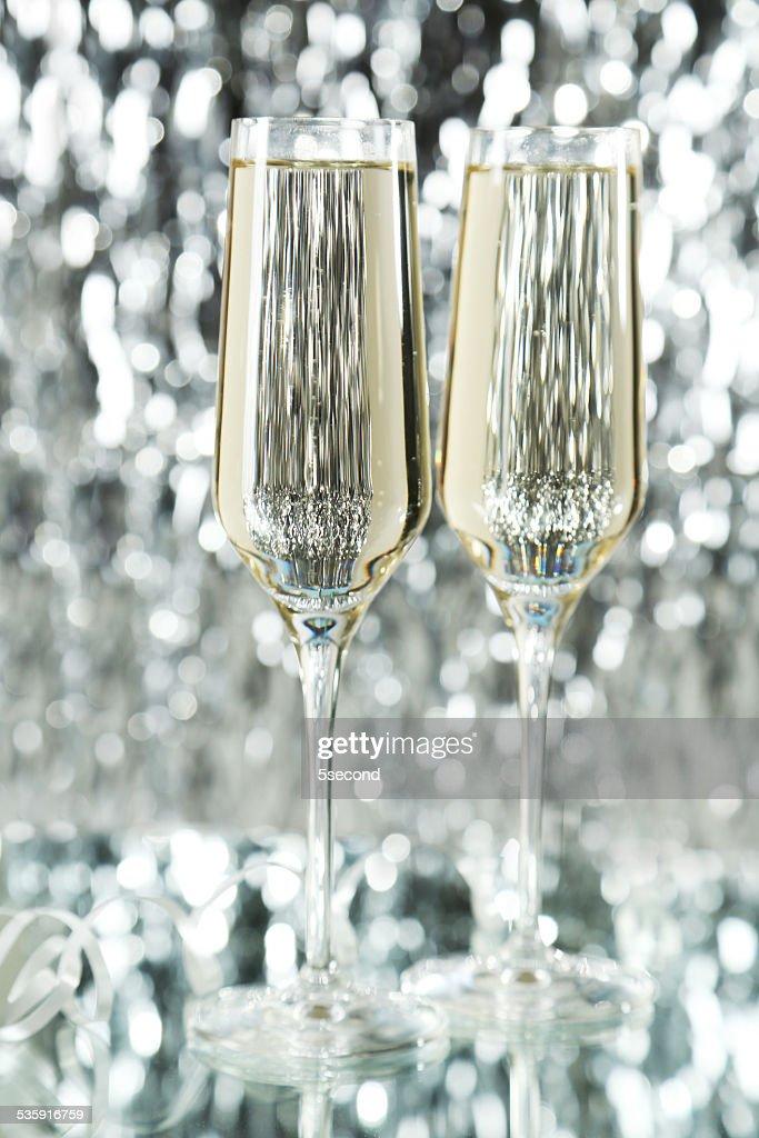Óculos com champagne no fundo de Luzes : Foto de stock