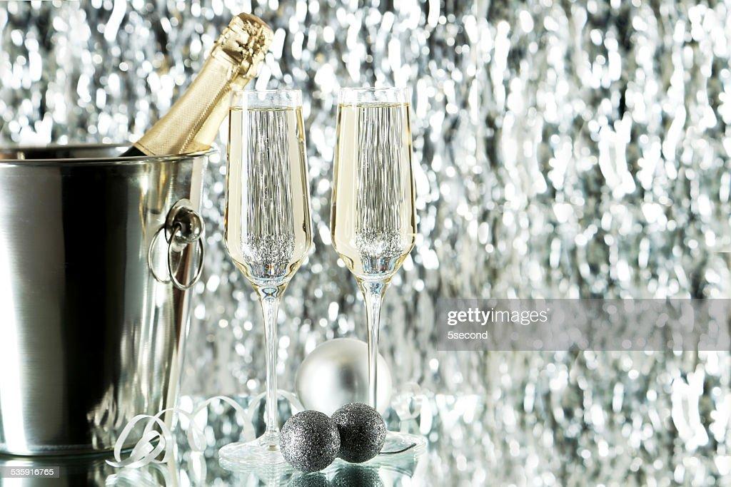 Copos de champanhe com garrafa em um balde no fundo : Foto de stock
