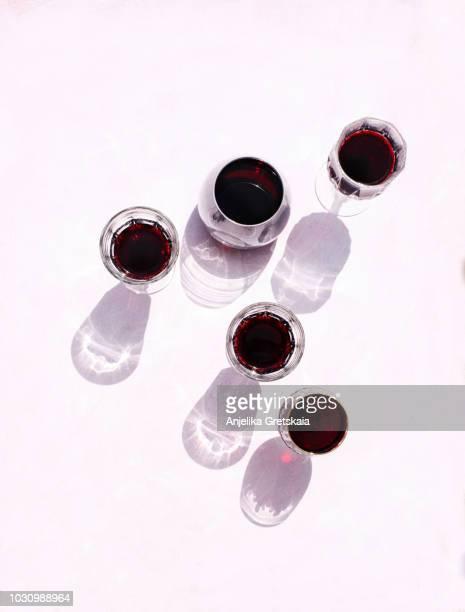 glasses of red wine on pink background, top view - weinglas stock-fotos und bilder