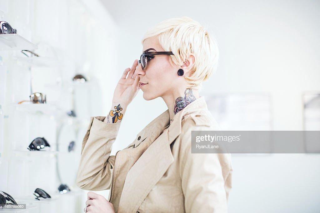 眼鏡ショッピングの若い女性 : ストックフォト