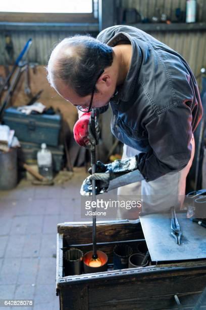 ガラス ・ スミス金型を使用して彼の仕事にテクスチャを追加するには