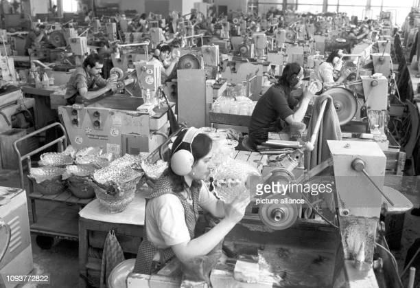 Glasveredler arbeiten an Schleifmaschinen im VEBGlaswerk Olbernhau um den Glaswaren den letzten Schliff zu geben aufgenommen im März 1987 70 Prozent...